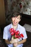 O dia das mulheres, indivíduo com tulipas vermelhas Imagem de Stock