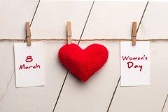 O dia das mulheres internacionais felizes, o 8 de março, o coração e o texto Fotografia de Stock Royalty Free
