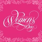 O dia das mulheres internacionais impressionantes que handlettering com fundo do rosa da folha ilustração royalty free