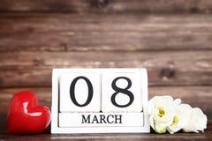 O dia das mulheres no calendário de madeira fotografia de stock royalty free