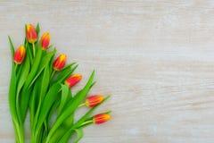 o dia das mulheres Ramalhete cor-de-rosa das tulipas em pranchas de madeira fundo, espaço da cópia, vista superior Imagens de Stock Royalty Free