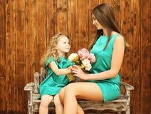 O dia de mãe, o feriado, o Natal, o conceito do aniversário - mãe e a filha Fotos de Stock Royalty Free