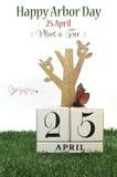 O dia de mandril feliz, planta um cumprimento da árvore com o calendário chique gasto da madeira do vintage Imagem de Stock