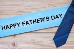 O dia de pai feliz com as gravatas azuis no fundo de madeira Conceitos internacionais do dia de homens fotos de stock