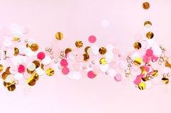 O dia de Valentim, ama o fundo de cumprimento cor-de-rosa O plano coloca com teste padrão de ponto colorido fotografia de stock