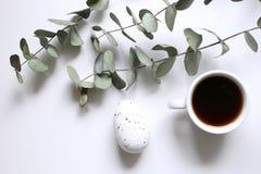 O dia de Valentim, a cena com xícara de café e o vermelho das flores aumentaram na tabela de madeira Conceito do amor Fundo borra imagem de stock