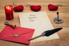 O dia de Valentim clássico cad com pena e suporte decorativos, vermelho envolve com selo da cera, vela vermelha e afago, espaço p imagens de stock