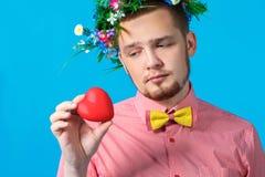 O dia de Valentim. Homem sensual triste olhando um coração imagem de stock
