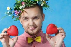 O dia de Valentim. Retrato de um homem no amor com dois corações fotos de stock