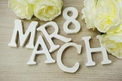 O dia do ` s das mulheres de março com mola floresce no fundo de madeira Imagem de Stock Royalty Free