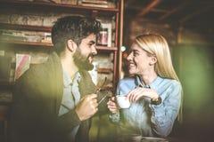 O dia e relaxa Pares no café imagem de stock royalty free
