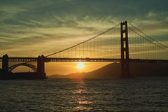 O dia está terminando em San Francisco Golden Gate Sunset imagens de stock