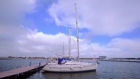 O dia nebuloso e ventoso em barcos de Tomis move vídeos de arquivo