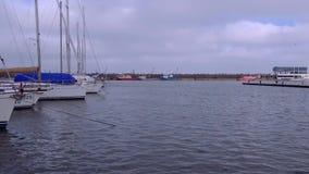 O dia nebuloso e ventoso em barcos de Tomis move video estoque