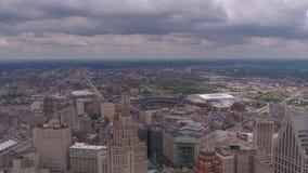 O dia nublado 4K Michigan Detroit do julho de 2017 aéreo inspira 2 video estoque
