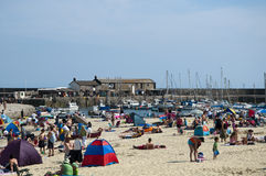 O dia o mais quente do ano. Praia de Lyme Regis Imagens de Stock