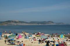 O dia o mais quente do ano. Praia de Lyme Regis Fotografia de Stock Royalty Free