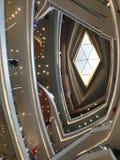 O diamante deu forma ao vidro do teto na alameda imagem de stock
