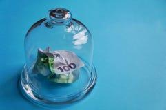 O dinheiro é coberto com um frasco de vidro imagem de stock royalty free