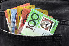 O dinheiro australiano nas calças de brim suporta o bolso Imagens de Stock