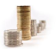 O dinheiro da moeda nas pilhas isolou-se Foto de Stock Royalty Free