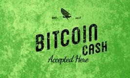 O dinheiro de Bitcoin aceitou aqui o preto retro do projeto no verde Foto de Stock