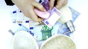O dinheiro de lavagem entrega o sabão e a esponja das tomadas vídeos de arquivo