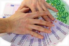 O dinheiro de papel de tampas das mãos do euro fotos de stock royalty free