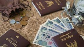O dinheiro dos ienes e os ienes inventam com o passaporte no fundo do saco Imagens de Stock Royalty Free