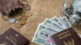 O dinheiro dos ienes e os ienes inventam com o passaporte no fundo do saco Fotos de Stock Royalty Free