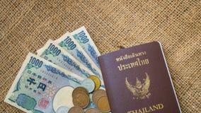 O dinheiro dos ienes e os ienes inventam com o passaporte no fundo do saco Foto de Stock Royalty Free