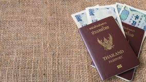 O dinheiro dos ienes e os ienes inventam com o passaporte no fundo do saco Fotografia de Stock Royalty Free