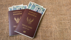 O dinheiro dos ienes e os ienes inventam com o passaporte no fundo do saco Fotos de Stock