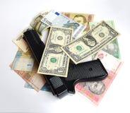 O dinheiro e a arma Fotos de Stock Royalty Free