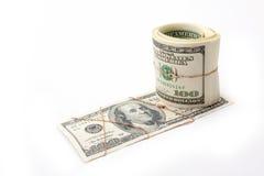O dinheiro e o rolo do dinheiro entwisted pelo ouro Imagem de Stock Royalty Free