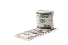 O dinheiro e o rolo do dinheiro entwisted pelo ouro Fotos de Stock Royalty Free