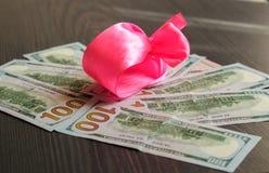 O dinheiro está em toda parte, lotes dos dólares em uma foto imagens de stock royalty free
