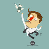 O dinheiro está voando longe do homem de negócios da tristeza que era prende com o pêndulo do aço do débito Foto de Stock