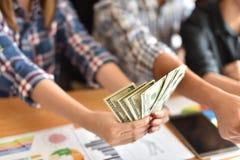 O dinheiro grande feliz do negócio de dinheiro desconta dentro o ar fotografia de stock