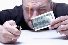 O dinheiro não é o melhor método da motivação Feche acima de uma queimadura do homem Fotografia de Stock