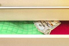 O dinheiro pôs sobre para manter um esconderijo na caixa de gavetas fotografia de stock