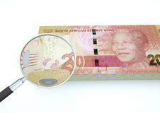 o dinheiro rendido 3D de África do Sul com a lente de aumento investiga a moeda isolada no fundo branco ilustração stock