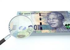 o dinheiro rendido 3D de África do Sul com a lente de aumento investiga a moeda isolada no fundo branco Imagens de Stock Royalty Free
