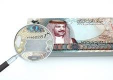 o dinheiro rendido 3D de Barém com a lente de aumento investiga a moeda isolada no fundo branco ilustração stock