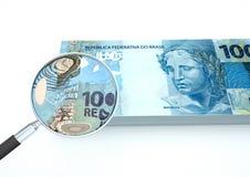 o dinheiro rendido 3D de Brasil com a lente de aumento investiga a moeda isolada no fundo branco ilustração stock