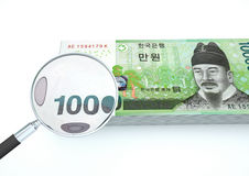 o dinheiro rendido 3D de Coreia do Sul com lente de aumento investiga a moeda no fundo branco Fotos de Stock Royalty Free