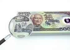 o dinheiro rendido 3D de Indonésia com a lente de aumento investiga a moeda isolada no fundo branco Imagens de Stock Royalty Free
