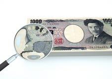 o dinheiro rendido 3D de Japão com a lente de aumento investiga a moeda isolada no fundo branco ilustração do vetor