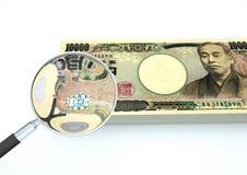 o dinheiro rendido 3D de Japão com lente de aumento investiga a moeda no fundo branco Fotografia de Stock Royalty Free