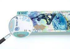 o dinheiro rendido 3D de Rússia com a lente de aumento investiga a moeda isolada no fundo branco ilustração royalty free